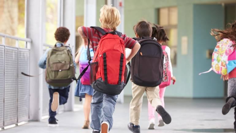 """""""Primul Ghiozdan"""" pentru cei peste 400 de elevi săceleni care încep clasa I"""