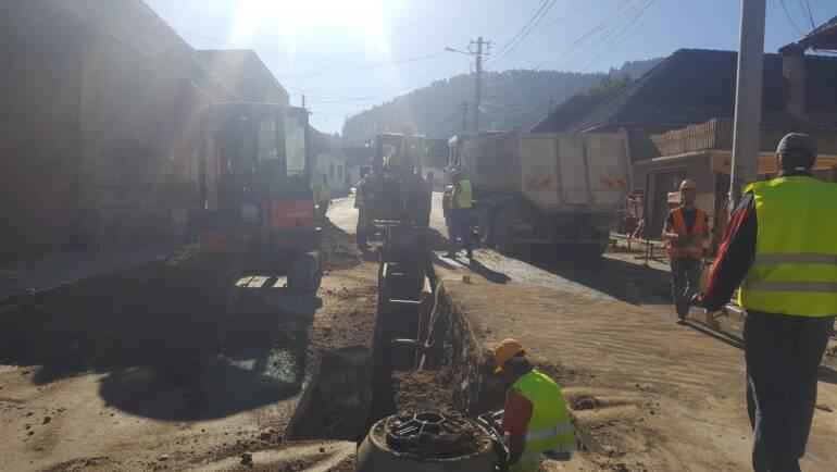 Continuă lucrările de apă și canalizare în cartierul Baciu